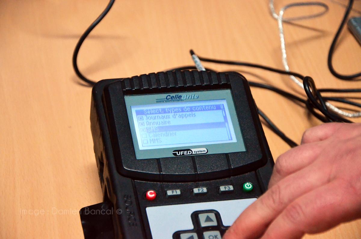 Carte SIM, SD, mémoire, sms, MMS, wifi employés, machines utilisées pour les mises à jour. Ce boitier fait parler un smartphone entre 5 minutes et 2 heures.